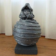 Decoratie beeldoffiguurvan eenBoeddhazwijgengeplaatst op een bol. De bol is bewerkt met ringen.   Meestal wordt eenBoeddha cadeaugegeven aan goede vrienden of kennissen.Als:Verjaardag-Relatie-Huwelijks-Jubileum-Vriendschap-Afscheid cadeauen ofgeschenk.  Jezelf een BoeddhaCadeaudoen kan natuurlijk ook. Het is een mooiedecoratievoor inhuis. Het verhaal dat dit ongeluk zou brengen is een westers fabeltje.