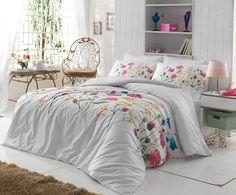 Ložní povlečení Nergiz Pink bílé barvy se vzorem lučních květin. Povlečení je oboustranné, rubová strana je bílá s jemným béžovým motivem. Povlečení z