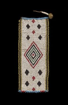 Anhänger einer Halskette l Südafrika (KwaZulu-Natal), Zulu l 1880-1910 l Tiersehnen, Glasperlen, Messing l 0.3 x 6.6 x 15.8 cm. Zulu, Xhosa, Museum, African Trade Beads, Paradis, Necklace Types, Messing, Love Letters, Bead Weaving