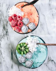 Aqua Kiwi or Raspberry Mango fruit fluff bowl? ☁️Which would you like to dig in to? This was breakfast for two! ✔️ The fruity fluff base was made with fro nanas, blue & green spirulina for the bottom one and fro nanas, raspberries and mango for the top one. Topped with the freckled trio, frosty raspberries and kiwi flower! Happy almost Friday! x #tropicallylina #fruitfluff
