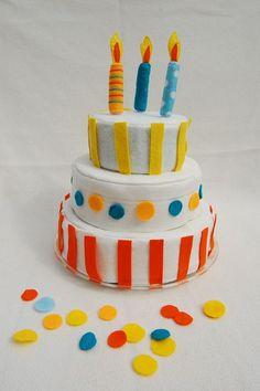 so cute! felt cake that kids can decorate with felt pieces