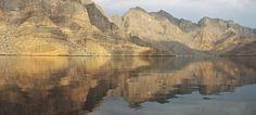 """An der Straße von Hormuz gelegen, fallen hier die Felswände des Hadjar-Gebirges steil ins Meer. Seiner wild zerklüfteten Fjordlandschaft verdankt dieser Landesteil auch die Bezeichnung """"Norwegen des Mittleren Osten"""". #Oman #Sultanat #Orient"""