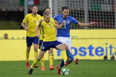 Sweden's midfielder Sebastian Larsson (L) fights for the ball with Italy's forward Manolo Gabbiadini during the FIFA World Cup 2018 qualification football match between Italy and Sweden, on November 13, 2017 at the San Siro stadium in Milan. / AFP PHOTO / Miguel MEDINA