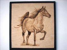 Caballo pirograbado sobre madera, medidas 22 x 22 cm.