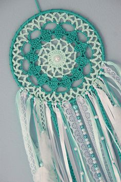 Pin by Dizzy Cat on Filtros dos sonhos Doily Dream Catchers, Dream Catcher Craft, Dream Catcher Boho, Crochet Wall Art, Crochet Home, Free Crochet, Crochet Dreamcatcher Pattern Free, Crochet Patterns, Crochet Doilies