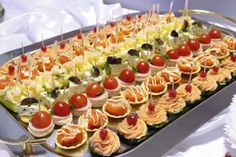 Tartinele reprezintă oricând un plan de rezervă delicios, precum și aperitive potrivite pentru orice oră și pentru majoritate evenimentelor. În dependență de manifestație puteți să alegeți și tipurile de tartine, pe care le puteți gă si în lista de mai jos după cum urmează: Tartine cu brânză și verdeață. La 100 g de brânză de …