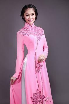 Sở hữu gương mặt thanh thoát và thân hình mảnh mai, cân đối, Á hậu Linh Chi là một trong số những người đẹp diễn xuất tốt với tà áo dài truyền thống.
