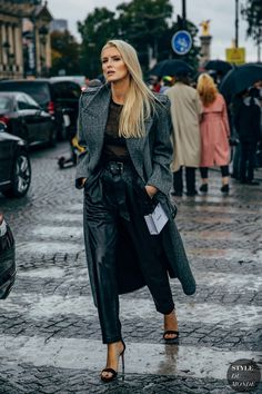 Kate Davidson Hudson after the Chanel fashion show. The post Paris SS 2020 Street Style: Kate Davidson Hudson appeared first on STYLE DU MONDE Fashion Week Paris, Paris Street Fashion, Nyc Fashion, Look Fashion, Daily Fashion, Fashion Photo, Winter Fashion, Fashion Outfits, Chanel Fashion