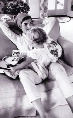 Jackie Kennedy and Caroline spending time together, // photo by Jacques Lowe Jackie Kennedy, Les Kennedy, Jaqueline Kennedy, Jackie Jackie, John John, Grace Kelly, Lee Radziwill, Estilo Glamour, Charles Perrault