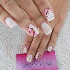 As unhas coloridas estão fazendo a cabeça das mulheres que não dispensam uma unha mais descontraída, sendo que, um modelo que se destaca são as unhas coloridas com flores que trazem modelos para todos os gostos. As unhas coloridas com flores são muito delicadas, cheias de cor e combinam com ocasiões especiais que pedem uma… Love Nails, Fun Nails, Pretty Nails, Glam Nails, Beauty Nails, French Nails, Sharpie Nail Art, Cool Nail Designs, Perfect Nails