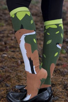 Foxes on soxes! We love this fox's sweet facial expression, and the way his white-tipped tail turns into a perfectly contrasting toe! These socks have a specific right and left, so you get foxes facing out on both legs!