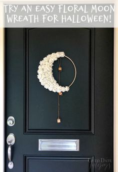 Add a little boho to your halloween decor with a DIY Floral Crescent Moon Wreath. Modern Halloween Decor, Halloween Party Decor, Halloween Diy, Halloween Halloween, Vintage Halloween, Halloween Makeup, Halloween Costumes, Halloween Tulle Wreath, Wreaths