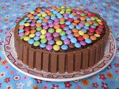 Elo à la bouche: gâteau d'anniversaire kit kat - smarties