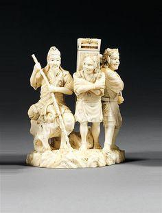 OKIMONO en ivoire, représentant un sage assis sur un rocher en compagnie de deux oni en pied, l'un tenant un sceptre ruyi, l'autre, une hotte contenant des rouleaux. Signé Yashinobu et kakihan. (Petit manque au bout du manche du ruyi et recollage). Japon, période Meiji (1868-1912). AN IVORY OKIMONO, SIGNED YASHINOBU, JAPAN, MEIJI PERIOD. HAUT. 11,5cm (2 71/6 IN.)
