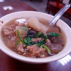 草菇排骨湯裡雖是排骨酥,湯卻清澄如水,可看出處理燉湯油渣的用心,再來必點。@雙連街滷肉飯 Wonderful #Taiwanese #soup with #pork & #mushrooms #food #Taipei #Taiwan
