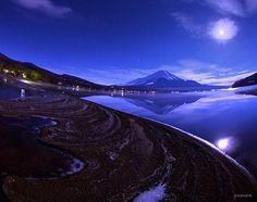 先ほどの写真と同じ夜、撮影場所は山中湖です。 風が全くない日、鏡のような湖面に逆さ富士が映ります。