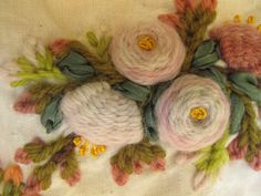 Rosas en su rama. Detalle. Bordadas a mano por Carolina Gana. Taller de Bordado Rococó. Santiago de Chile.