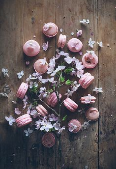 Blossom and macarons, what a sweet combination - Call me cupcake: New beginnings and a neapolitan cake Macarons, Pastel Macaroons, Macaron Cookies, Food Photography Styling, Food Styling, Neapolitan Cake, Call Me Cupcake, Chocolate Caliente, Cupcakes