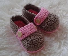 Crochet New Born Baby Shoes in Brown and Pink decorated with Flower Buttons, Baby Shower Gift, Photo Prop Shoes, Baby Girl Shoes
