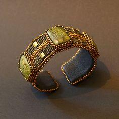 Браслет со змеевиком в стиле минимал. Изысканный браслет в стиле минимал. Был выполнен на заказ, возможен повтор.  Браслет расшит мельчайшим японским бисером TOHO 15/0 болотного цвета, его украшают кабошоны змеевика, Tila, а также бисер бронзового цвета.
