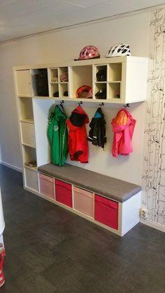 Flur Garderobe aus Ikea Kallax Regalen. Perfekt, um viel Stauraum auf kleiner Fläche nutzen zu können