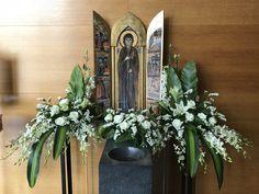 Altar Flowers, Church Flower Arrangements, Church Ideas, Table Decorations, Plants, Home Decor, Flowers, Floral Arrangement, Decoration Home