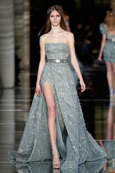 Zuhair Murad Couture Spring/Summer 2016 Bustier envelope dress in fern green with a high slit, overlaid with a tulle skirt embroidered with glimmering twigs and leaves Gala Dresses, Couture Dresses, Fashion Dresses, Couture Fashion, Runway Fashion, Special Dresses, Beautiful Gowns, Elegant Dresses, Pretty Outfits