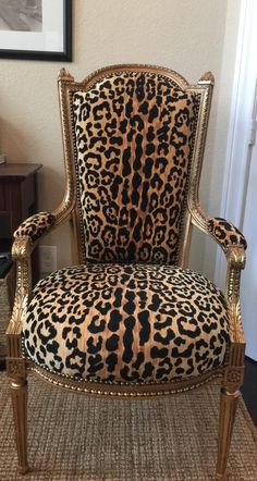 painting old furniture Plywood Furniture, Funky Furniture, Furniture Makeover, Furniture Decor, Painted Furniture, Furniture Design, Animal Print Furniture, Animal Print Decor, Animal Prints