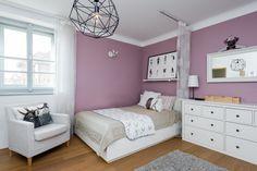 Barevně a stylově se studentský pokoj nese ve skandinávském duchu, přímo ze Stockholmu je přivezený lustr a polštáře s potiskem - ProŽeny.cz Interior Decorating, Decorating Ideas, Princess Room, Dream Bedroom, Stylus, My Room, Purple, Pink, Praha