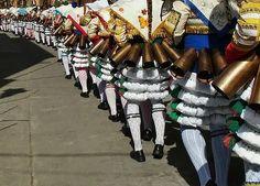 Peliqueiros por las calles de Laza. Cada una de las chocas (similares a un cencerro) que llevan colgadas pesa 1.5kgs.  #peliqueiros #peliqueiro #mask #mascara #masked #choca #cencerro #cowbell #entroido #carnival #carnaval #laza #entroidolaza #ourense #galicia #estaes_galicia #bbctravel #traveler #travelphotographer #travelphotography #spaintravel #street #wonderfulworld #worldtravelpics #lgg5 #nationalgeographic by photographytojourney. traveler #bbctravel #galicia #wonderfulworld #ourense…
