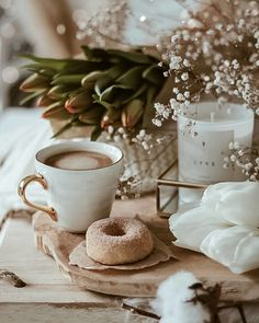 Find images and videos about flowers, coffee and details on We Heart It - the app to get lost in what you love. Coffee And Books, I Love Coffee, Coffee Break, Morning Coffee, Coffee Shop, Coffee Photography, Food Photography, Photos Originales, Aesthetic Coffee