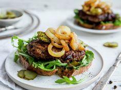 Karbonadesmørbrød Salmon Burgers, Snacks, Ethnic Recipes, Food, Tapas Food, Salmon Patties, Appetizers, Meal, Essen