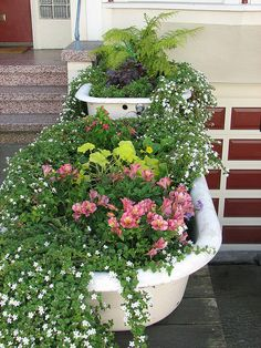 Bathtub overflowing with cascading flowers! Source by WhatAmberLoves Garden Bathtub, Old Bathtub, Water Garden, Bath Tub, Flower Planters, Garden Planters, Garden Beds, Flowers Garden, Flower Pots