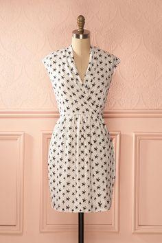Robe blanche, motif de fleur noir, col en V drappé, sans manches, poches - White dress with black flowers, draped V-neck, sleeveless, pockets