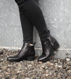 Black ankle boots with a zip detail: Autumn essential.