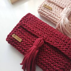 No photo description available. Crochet Clutch, Crochet Shoes, Crochet Handbags, Crochet Purses, Crochet Yarn, Crotchet Bags, Knitted Bags, Clutch Bag Pattern, Diy Bags Purses