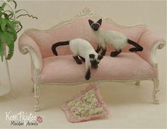 Kerri Pajutee realistic miniature animal sculptures for the dollhouse enthusiast or impassioned collector. Miniture Animals, Felt Animals, Needle Felted Cat, Needle Felted Animals, Diy Doll Miniatures, Miniature Dolls, Mini Things, Cute Little Things, Siamese Cats