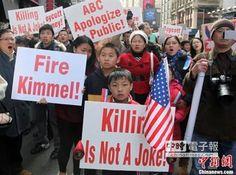 美國華人在紐約曼哈頓時代廣場舉行大規模抗議示威活動,強烈抗議美國廣播公司(ABC)在脫口秀節目中播出「殺光所有中國人」的言論。(圖/中新社)