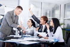 Drugi odcinek cyklu o tym, jak w nietypowych sytuacjach zachować klasę i wykazać się profesjonalizmem. Tym razem podpowiadamy jak radzić sobie gdy w miejscu pracy przełożony lub współpracownik podnosi na nas głos. Więcej na: http://www.krawatimuszka.pl/etykieta-w-biznesie/profesjonalista-tarapatach-odc-2/
