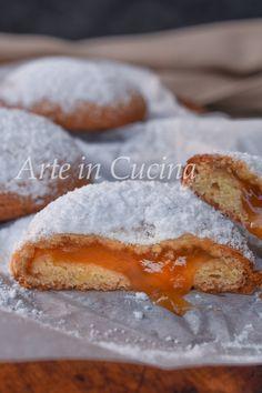 Coccionedas alla marmellata dolci sardi Mini Desserts, Cookie Desserts, Biscotti Cookies, Romanian Food, Italian Cookies, Italian Recipes, Christmas Cookies, Baked Goods, Buffet