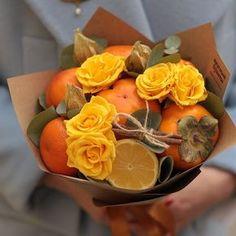 27 Ideas for fruit bouquet centerpiece floral design Fruit Decorations, Decoration Table, Edible Arrangements, Flower Arrangements, Vegetable Bouquet, Salad Packaging, Lemon Centerpieces, Food Bouquet, Edible Bouquets