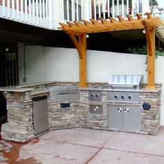 Combo of stone and arbor/header Outdoor Stone Kitchen w/ BBQ Grill and Pergola Bbq Grill Island, Gas Barbecue Grill, Diy Grill, Grill Area, Outdoor Bbq Kitchen, Outdoor Kitchen Design, Outdoor Kitchens, Outdoor Cooking, Outdoor Entertaining