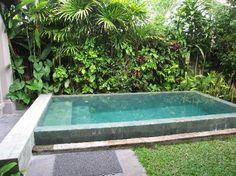 Cette mini piscine a trouvé sa place dans un coin de verdure