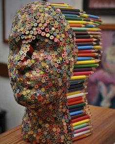 Colorida escultura hecha con lápices