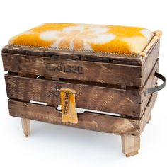 Upcycled crate with up cycled blanket! Recycled Blankets, Stall Decorations, Repurposed Wood Projects, Aesthetic Room Decor, Pallet Art, Diy Recycle, Modern Farmhouse Style, Diy Interior, Diy Furniture