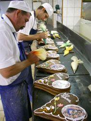 La décoration des pains d'épices à la poche à douille