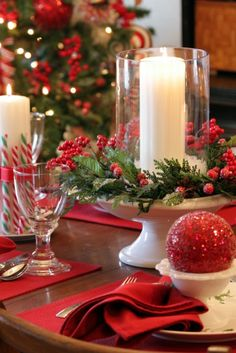 Modern red and white christmas centerpieces ideas 28 Christmas Table Centerpieces, Christmas Table Settings, Christmas Tablescapes, Xmas Decorations, Centerpiece Ideas, Holiday Tablescape, Christmas Tabletop, Christmas Candles, Centrepieces
