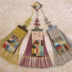 천연염색 진주 조각 #노리개 노리개  디자인  특허 #풍경한복 #한복 #규방공예 6월 6일~21일 상하이예술예품 박물관 전시회 기증할 노리개입니다.☺️ Textile Fiber Art, Textile Artists, Sewing Art, Hand Sewing, Textiles, Macramé Art, Korean Image, Korean Crafts, Korean Accessories