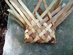 Make a Birch bark Pouch Birch Bark Crafts, Wood Crafts, Tree Bark Crafts, Birch Bark Baskets, Hawaiian Crafts, Twig Furniture, Making Baskets, Diy Rangement, Weaving Art