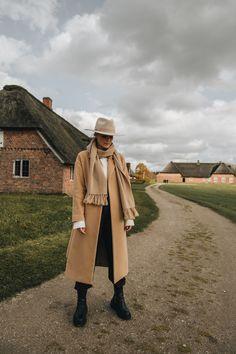 Der zeitlose Mantelschnitt mit überschnittenen Schultern lässt jedes Outfit sofort super hochwertig wirken. Die klassische Camelfarbe ist ein echter Styling-Allrounder und passt zu anderen Erdtönen genauso gut wie zu Schwarz oder leuchtenden Farben. #ayenlabel #camelcoat #wintermantel Winter Essentials, Camel Coat, Models, Super, Duster Coat, Raincoat, Outfit, Jackets, Fashion